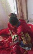 新婚之日,新郎去接亲,掀开新娘的婚纱后,新郎不淡定